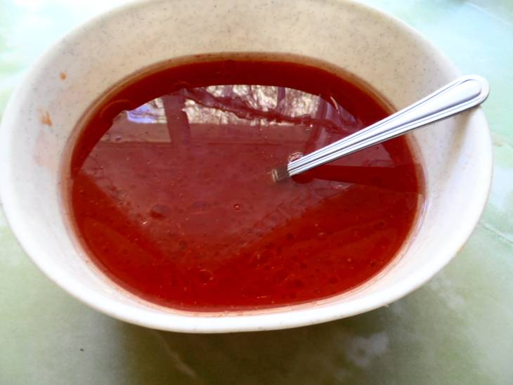 В отдельной миске смешиваем томатный сок, соль, сахар и растительное масло.