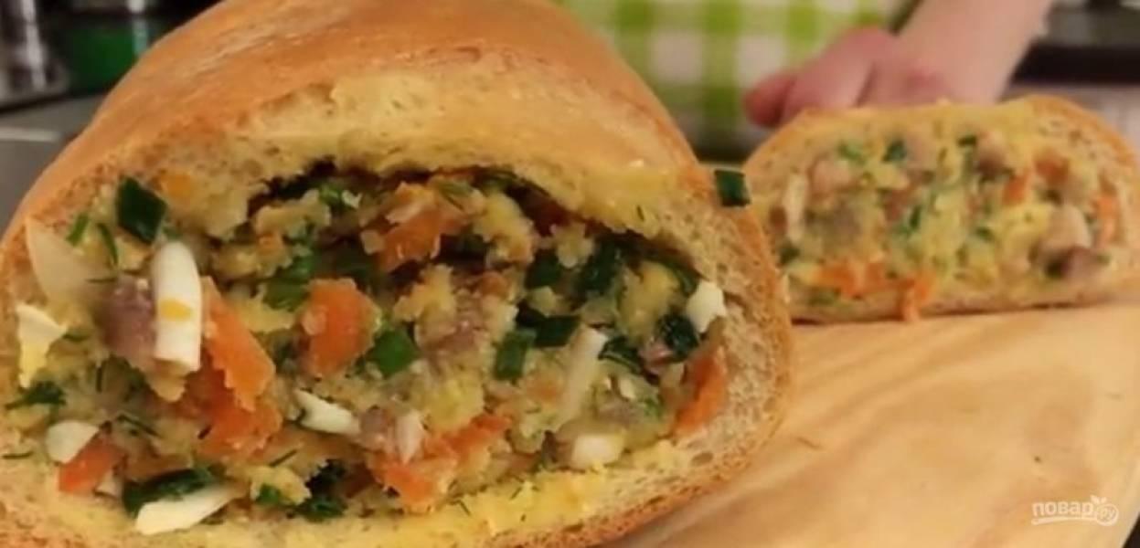 3.  Нафаршируйте батон, хорошо утрамбовывая начинку. Отправьте в холодильник на 3-4 часа. Приятного аппетита!