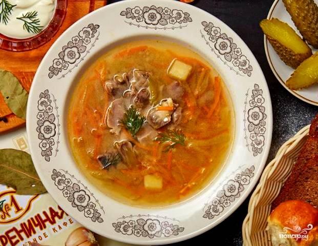 Варим суп десять минут на среднем огне. За 7 минут до готовности солим, перчим и кладем лаврушку. Накрываем крышкой после готовности, ждем десять минут. После чего наливаем супчик в тарелочку и подаем со сметанкой. Приятного аппетита!