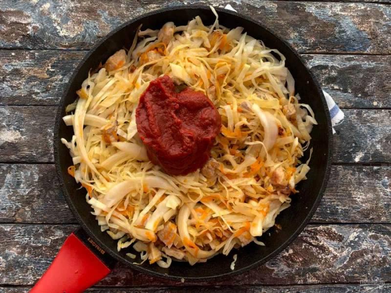 Добавьте томатную пасту, хорошо перемешайте и тушите 20-25 минут.