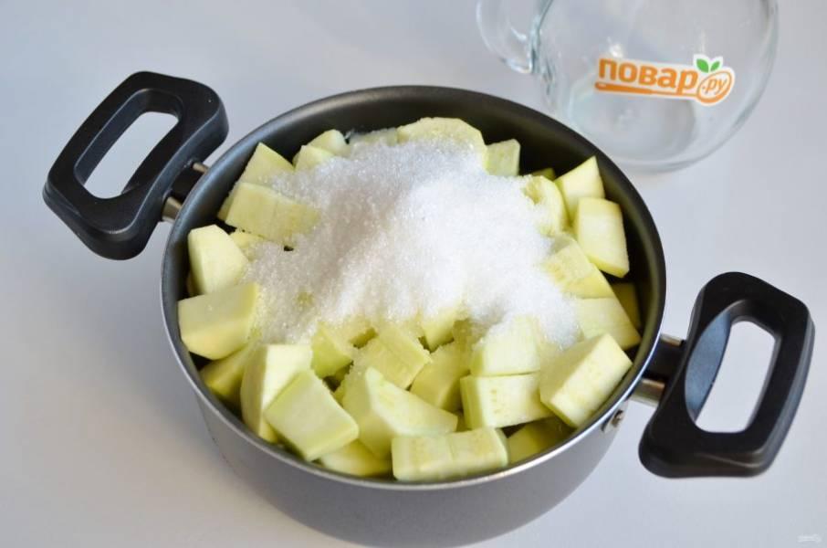 3. В кастрюлю влейте ананасовый сок, положите кабачки, добавьте сахар и лимонную кислоту. Доведите до кипения, варите 15 минут. Не переживайте, во время варки кабачки сядут и дадут сок.
