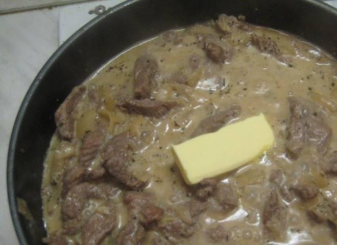 Добавьте в сковороду с мясом сливочное масло, перец  и соль по вкусу.