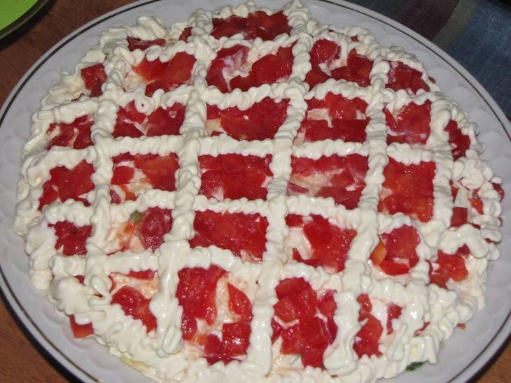 """Последним слоем идут помидоры - оставшийся сок промочит все слои и салат будет очень нежным. Рисуем майонезом поверх слоя помидор решетку и посыпаем салат измельченными фисташками. Слой огурцов и помидор можно слегка присолить. В этом случае салат следует подавать максимум через 1.5-2 часа. Овощи пустят сок и салат может """"поплыть"""". Я предпочитаю предупреждать гостей о том, что салат несоленый и пусть каждый добавляем соль в салат на своей тарелке :)"""