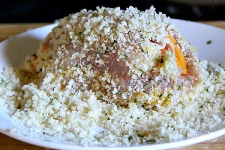 6.В тарелку положите панировочные сухари и после яйца переложите рулет в сухари.