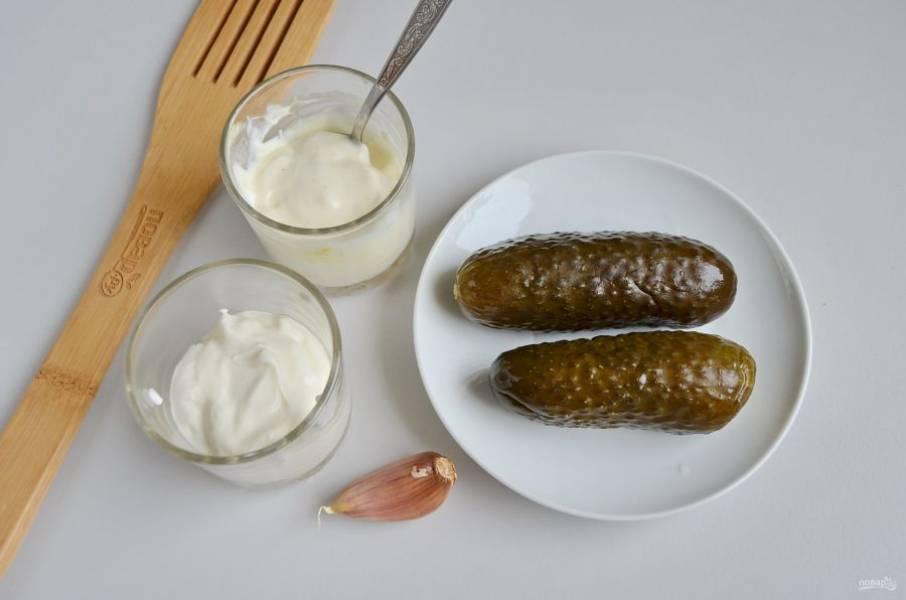 """7. Пока котлеты """"доходят"""", приготовьте соус. Возьмите сметану, майонез, огурцы и чеснок. У меня огурцы крупные и хорошо соленые, я положила две штуки."""