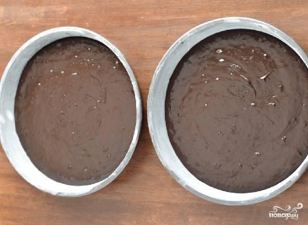 2. К яйцам с сахаром добавьте жидкие ингредиенты. Выложите пюре из чернослива, если будете его использовать. Соедините с сухими ингредиентами и замешайте однородное тесто. Подготовьте две формы, смазанные маслом и присыпанные мукой. Вылейте тесто и отправьте в разогретую до 180 градусов духовку.