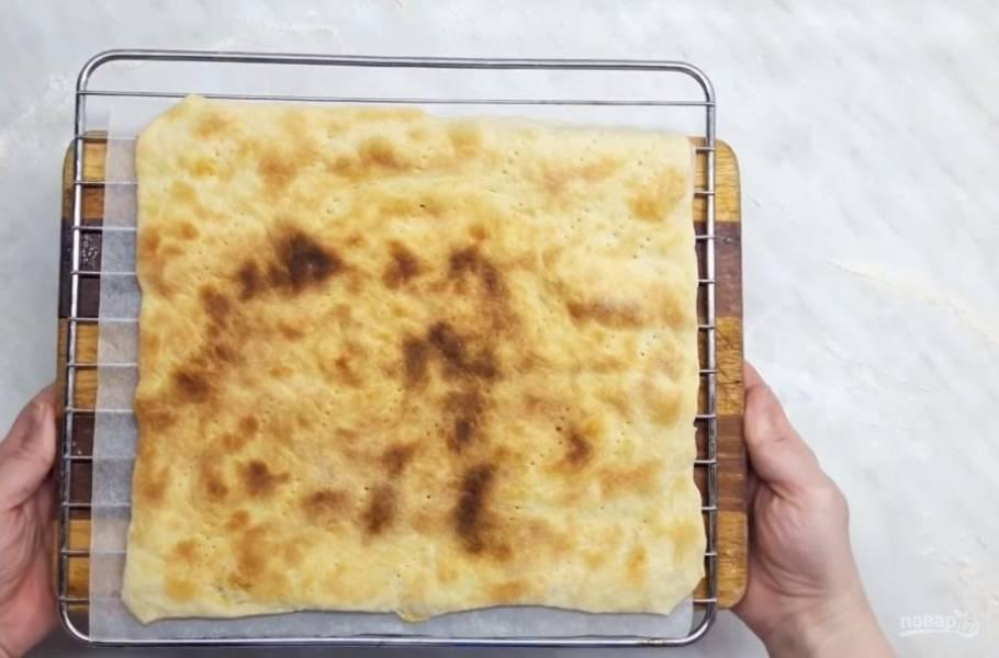 4. Раскатайте тесто на хорошо присыпанном мукой столе, вырежьте в форме будущих коржей и сделайте проколы вилкой. Выпекайте на пергаментной бумаге в разогретой до 180 градусов 3-4 минуты.