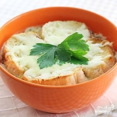 8. Прогрейте суп в духовке, пока сыр не растает. Затем вытащите, украсьте веточкой петрушки и подавайте. Приятного аппетита!