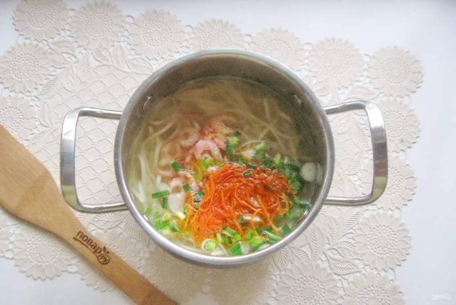 Также выложите морковь с зеленым луком.