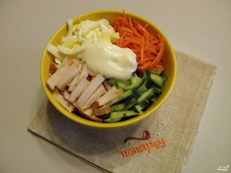 Соедините все ингредиенты салата, заправьте майонезом.