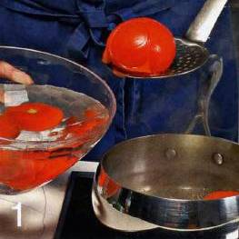 Сделать крестообразный надрез на помидорах, опустить их на пол минуты в кипяток. Затем обдать холодной водой и удалить кожицу. Измельчить в блендере вместе с базиликом. Продолжая взбивать, влить оливковое масло, уксус, добавить перец и соль. Поместить в холодильник.