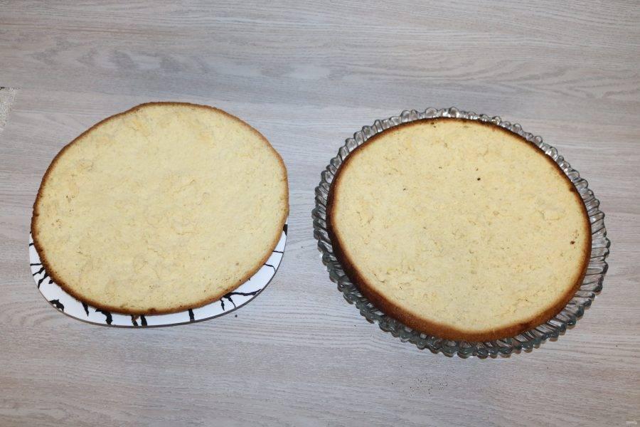 Бисквит разрежьте на две части.