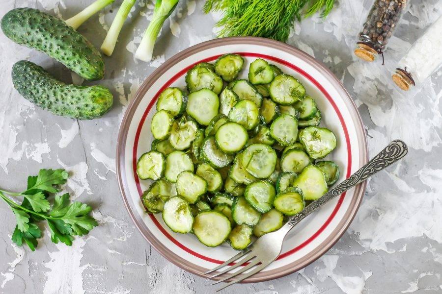 Выложите малосольные огурцы на тарелку и подайте к столу охлажденными.