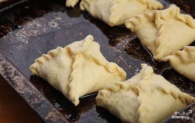 Слепленные пирожки укладываем на смазанный маслом противень.