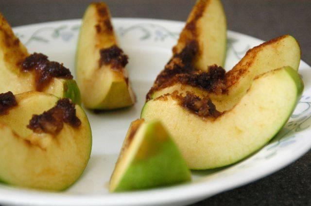 Закрываем яблоко кусочками которые выполняют роль крышки, заворачиваем в фольгу и ставим в духовку. Выпекать 15-20 минут при температуре 350 ° F (духовка), если вы готовите в грили - 10 минут.