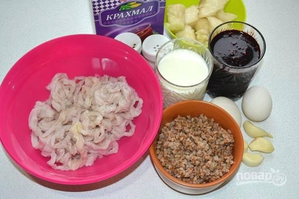 Подготовьте все ингредиенты. Гречку отварите в подсоленной воде до готовности и остудите. Отварите сало, можно с добавлением лаврового листа и душистого перца для аромата. Очистите чеснок.