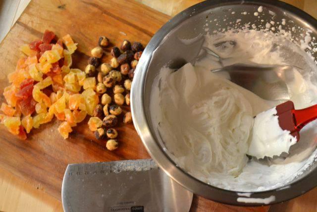 10. Отдельно взбить 100 миллилитров сливок и соединить с цукатами и орехами.