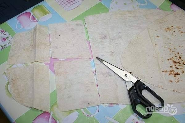 1.Первым делом достаю лаваш из упаковки (у меня сразу 2 штуки), разрезаю лаваш ножницами или ножом на небольшие кусочки.