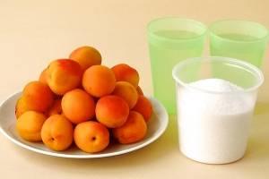 1. Чтобы приготовить варенье из абрикосов с косточками в домашних условиях нужно минимум продуктов и самое главное - время и терпение. Итак, моем и обсушиваем абрикосы, раскалываем их  на половинки и извлекаем косточки.
