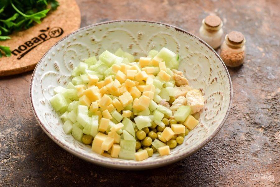 Твердый сыр также нарежьте небольшими кубиками и добавьте к остальным ингредиентам.