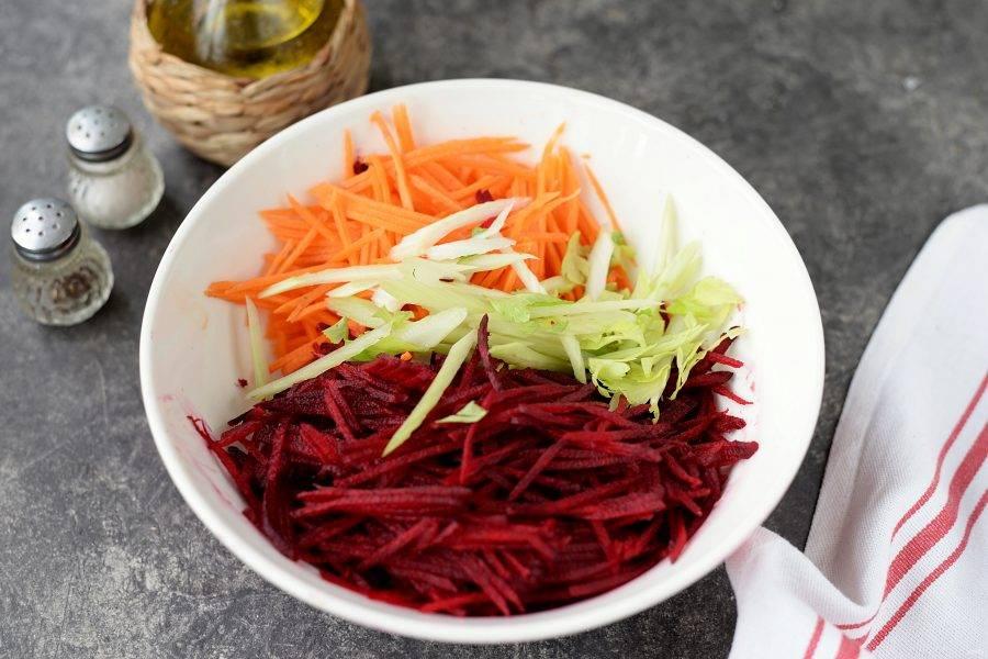 Стебли сельдерея нашинкуйте наискось тонкими ломтиками, добавьте к овощам.