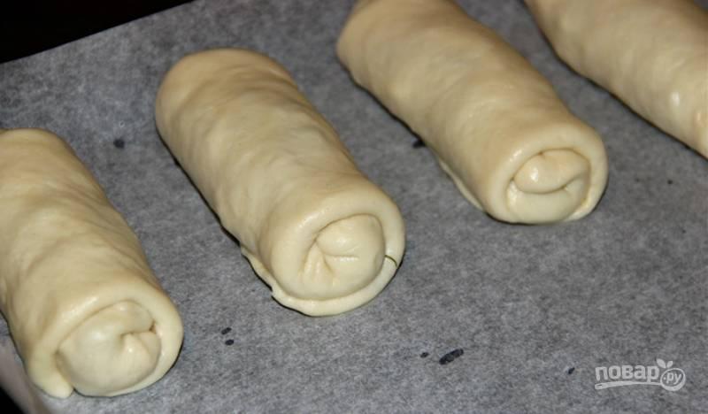 Трубочки разложите на противне, выстланном пергаментом. Выпекайте пирожки при температуре 180 градусов в течение 30–40 минут.