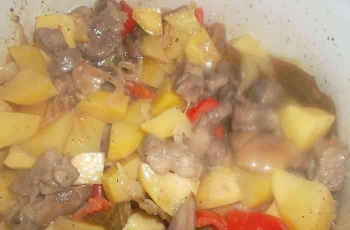 Добавляем порезанный кубиками картофель. вливаем сливки, солим и перчим по вкусу. Тушим до готовности картофеля.