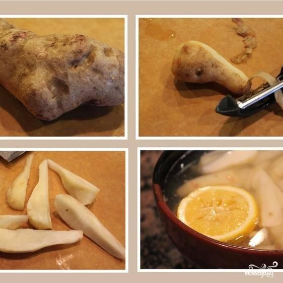 Сперва занимаемся топинамбуром. Моем, чистим и нарезаем дольками, как на картофель фри. Нарезанный топинамбур сразу же опускаем в миску воды с лимоном - иначе овощ почернеет.