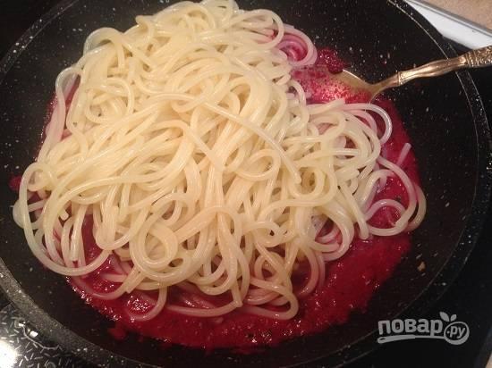 6. Я надеюсь, ваши спагетти уже готовы? Перекладываем их в сковороду и перемешиваем с соусом.