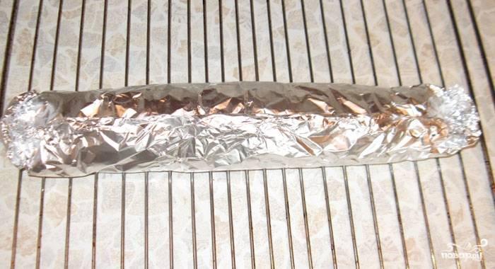 Получившееся произведение кулинарного искусства заворачиваем в фольгу. Ставим в духовку, разогретую до 160 градусов, и запекаем около 50 минут.