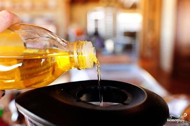3. Пока отбивные маринуются, добавить кинзу и петрушку в блендер. Влить оливковое масло и перемешать до однородной массы.