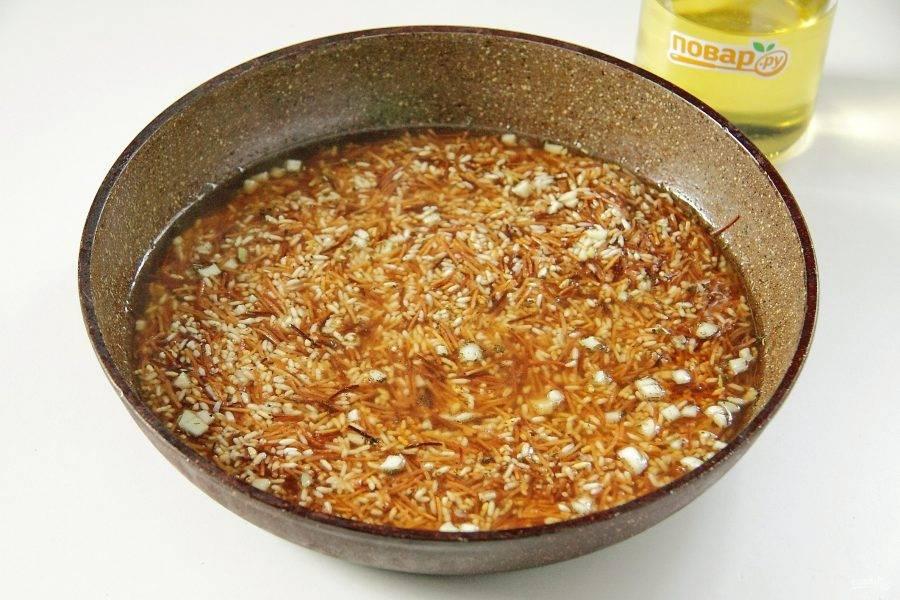 Перемешайте и влейте кипяток. Доведите содержимое сковороды до кипения, накройте крышкой, крышку прикройте полотенцем, уменьшите огонь до минимального (так, чтобы вода продолжала кипеть) и продолжайте готовить еще 10 минут.