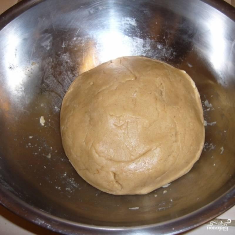 5. Из теста сформируйте шарик, завяжите его пищевой пленкой и поставьте на ночь в холодильник.