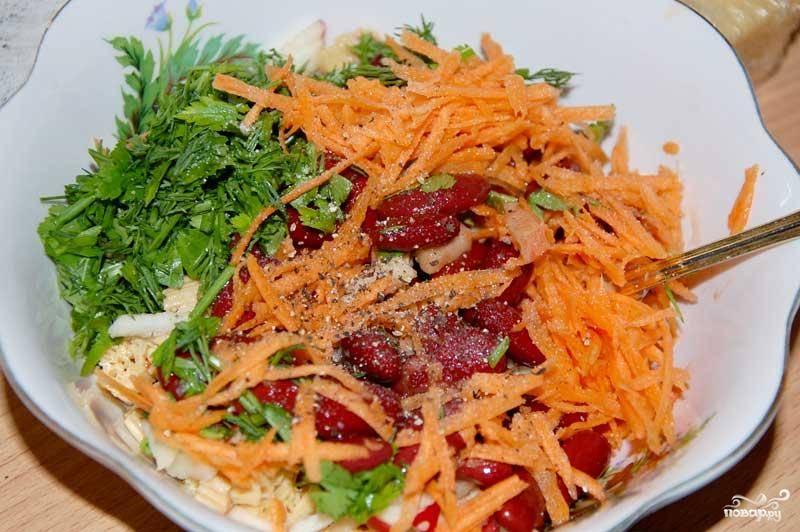Затем морковь натереть на крупной терке, а зелень мелко порубить. Ингредиенты добавить в салатницу. Посолить, поперчить.