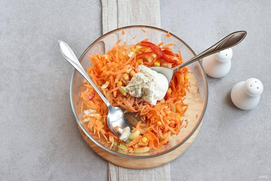 Заправьте салат сметаной и майонезом, посолив и поперчив по вкусу.