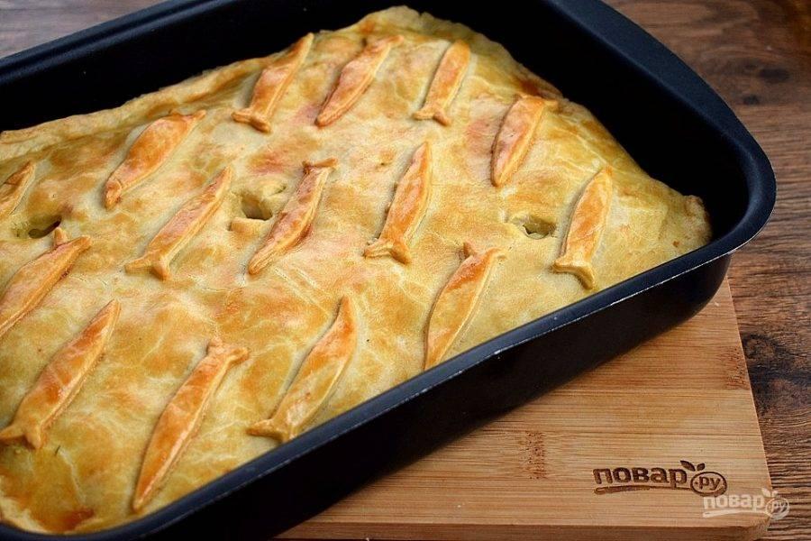 Поставьте пирог в разогретую до 190 градусов духовку и выпекайте 50-60 минут. Готовый пирог выньте из духовки и накройте полотенцем на 15 минут.  Приятного аппетита!
