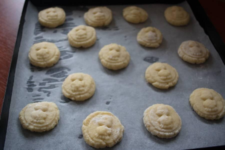 Разогрейте духовку до 180 градусов и выпекайте готовое печенье около 15 минут.