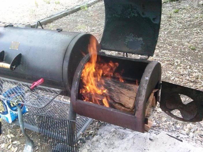 Для копчения кролика хорошо подойдет щепа фруктовых деревьев либо ольховая. Замочите её на 15-20 минут, а затем насыпьте на дно коптильни. Разожгите огонь.
