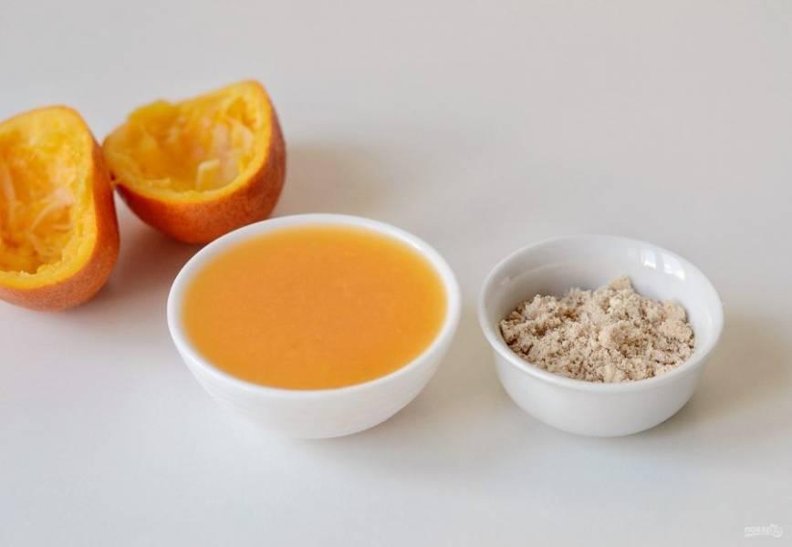 Из апельсинов выжмите сок. Миндаль измельчите на кофемолке до состояния муки.
