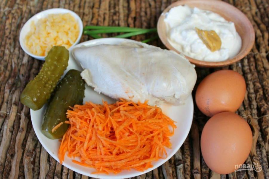 Подготовим ингредиенты. Куриное филе и яйца отвариваем заранее.