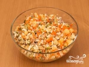 Теперь добавьте все остальные ингредиенты в салатницу. Всё перемешайте и посолите.