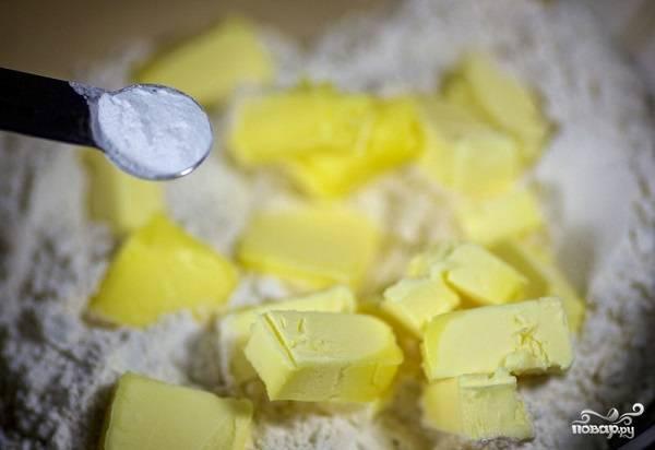 2. Всыпьте щепотку соли и разрыхлитель.