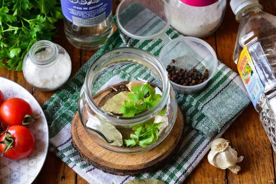 Выложите на дно простерилизованной банки специи: петрушку, чеснок, лавровый лист и перец горошком.