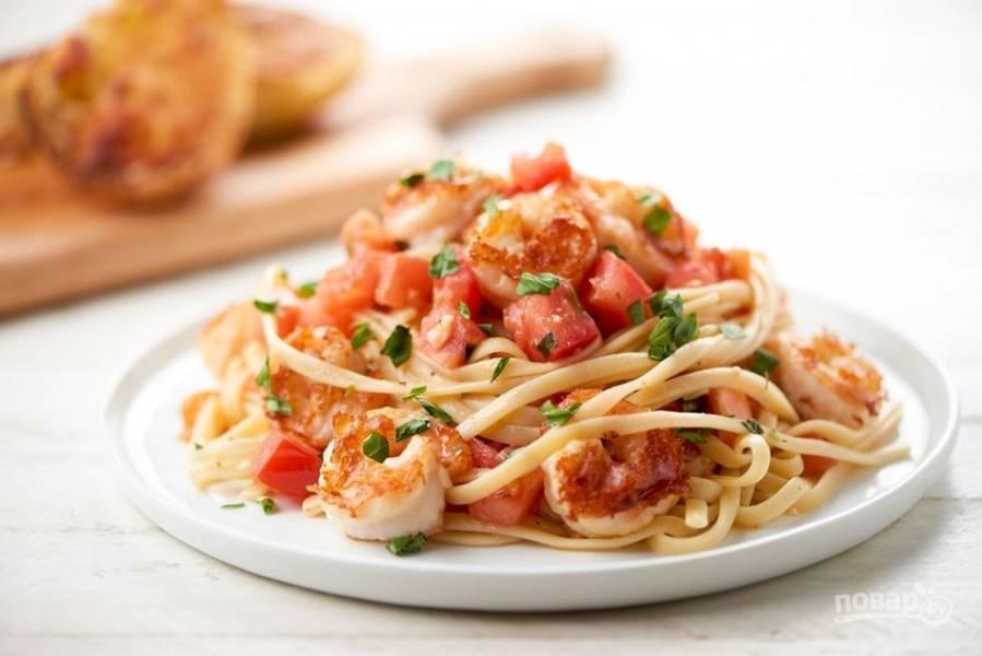 6. Лингвини подавайте с соусом и креветками. Рядом выложите багет. Приятного аппетита!
