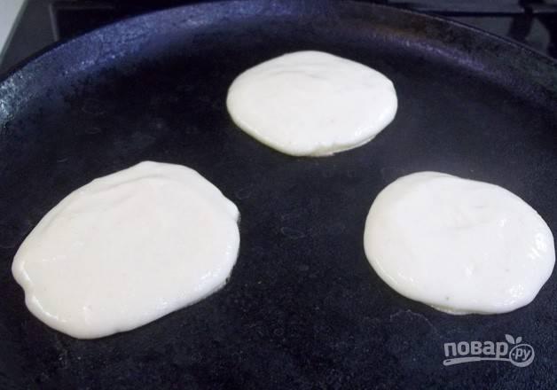5. Раскаливаем на сковороде растительное масло и выкладываем жариться оладьи.