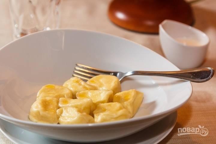 12.Подавайте пельмени сразу, смазав их кусочком сливочного масла, можно со сметаной.