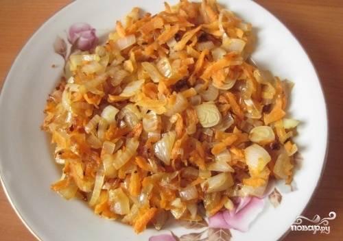 Теперь приготовим зажарку. Для этого мы мелко нарезаем лук, морковь трем на крупной терке и обжариваем все вместе на сковороде.