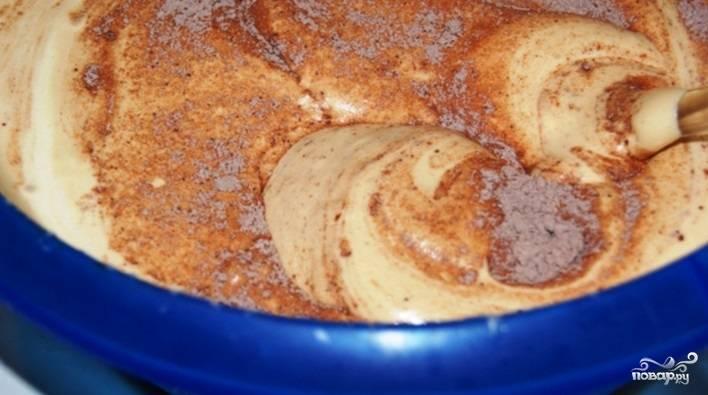 Разведите кофе в одной ст. ложке кипятка. Введите поэтапно в яичную смесь мучную. Мешайте лопаткой, как бы складывая. Влейте разведённый кофе и перемешайте.
