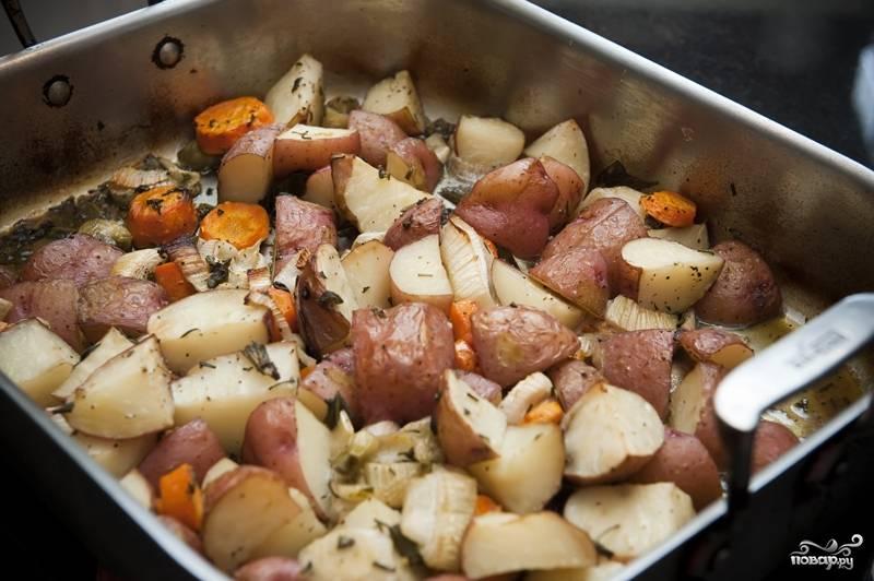 7. Выпекайте овощи в бульоне в разогретой до 190 градусов духовке в течение 45 минут-часа до мягкости картошки и моркови.