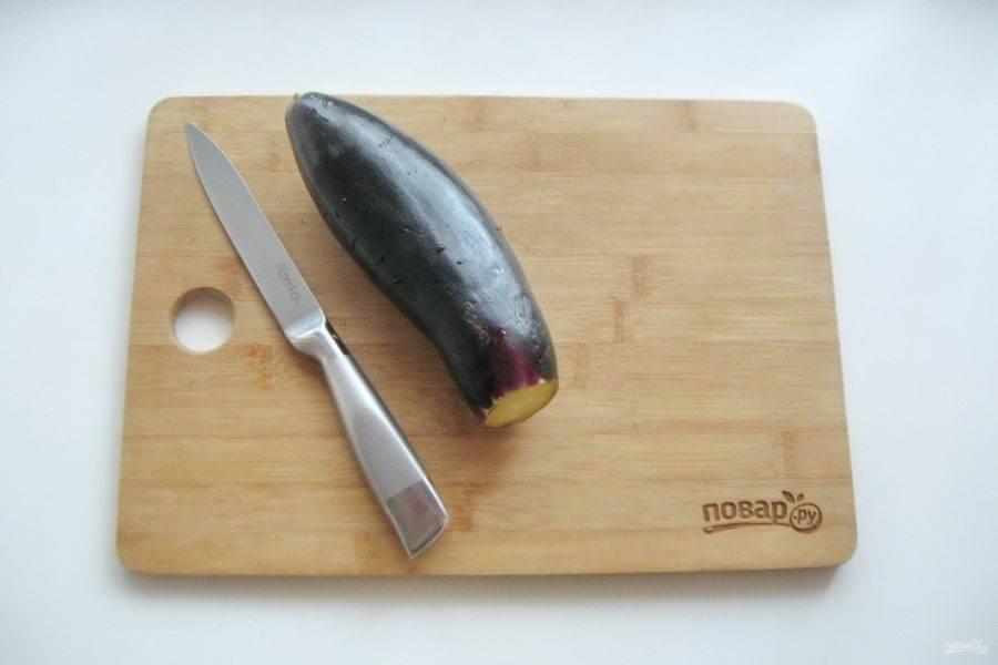 Баклажаны помойте и отрежьте плодоножку.